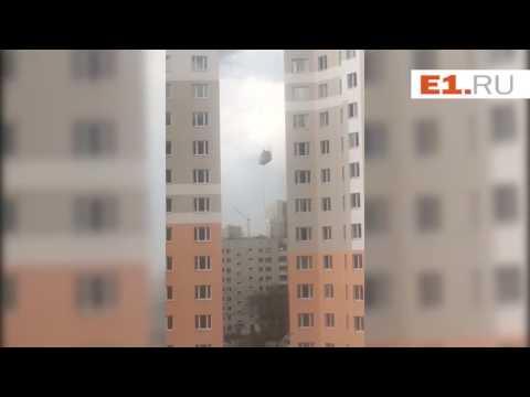 Ураган бьет строителей в люльке об стену дома