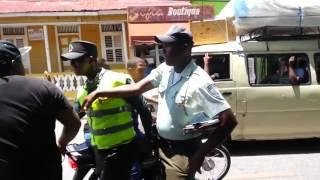 Un conductor y un agente de AMET se van a los puños en plena calle elnuevodiariord