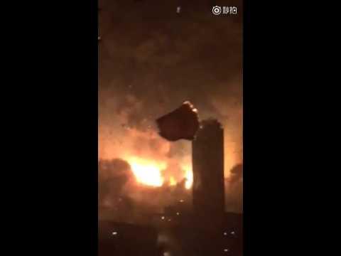 天津の爆発事故の様子。近くのホテルで、ガラスが割れるところまで入ってます