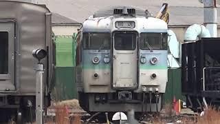 平成最後の1月、廃車置場115系L99編成長野色が見つめる中、しなの鉄道115系長野色が走行し、入換動車がポツンと外に出ている、長野総合車両センター。