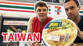 我的媽媽在台灣7-11 | Eating SNACKS at Taiwan 7-ELEVEN