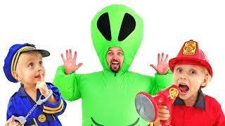 Ева и Алиса с папой устроили конкурс смешных костюмов