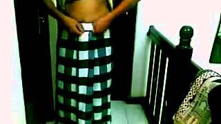 Wearing and Tie a Lungi Sarong II Cara memakai sarung ala indonesia banget