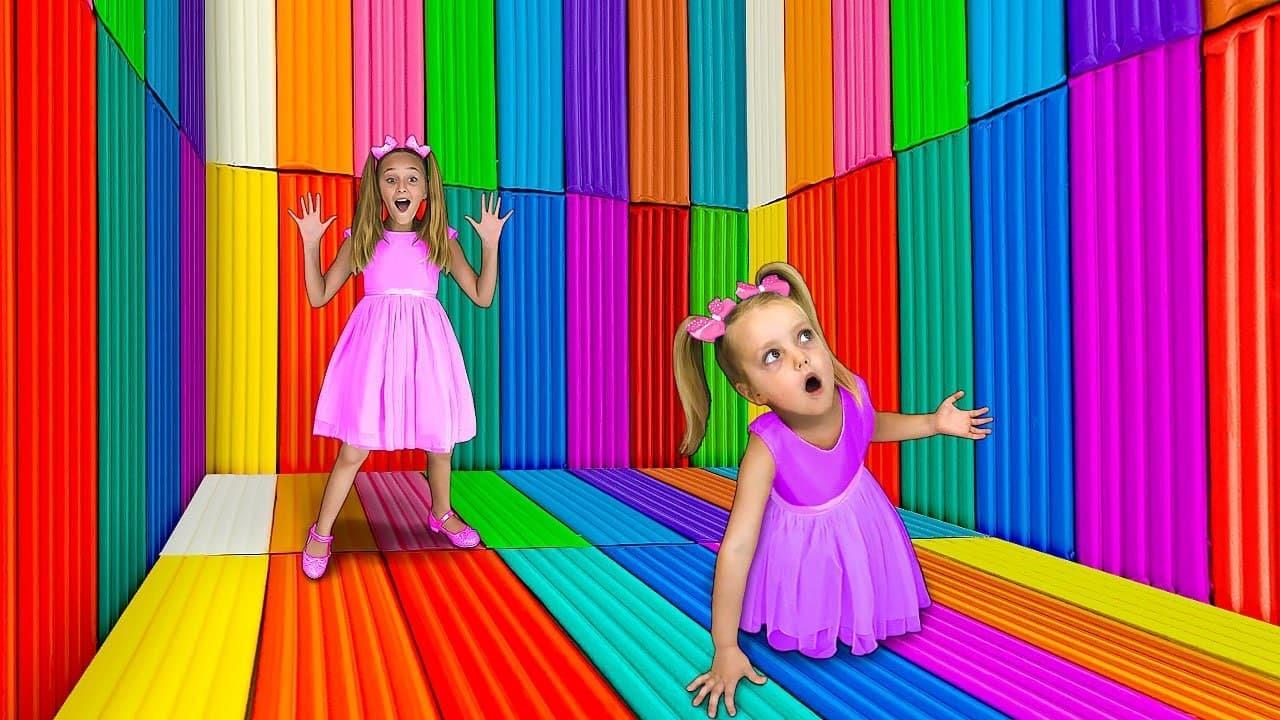 Sasha chơi trong pop it \u0026 căn phòng lúm đồng tiền đơn giản | Trò chơi thú vị với đồ chơi cho trẻ em