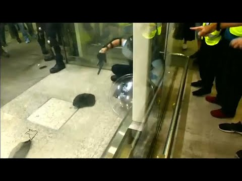 شاهد: اشتباكات عنيفة في مطار هونغ كونغ بين الشرطة ومتظاهرين …  - 19:54-2019 / 8 / 13