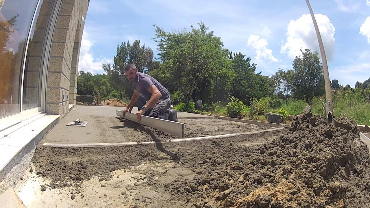 Chape pour carrelage de terrasse youtube for Epaisseur mini dalle beton exterieur
