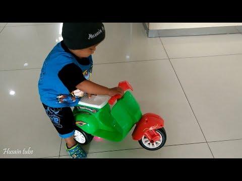 Balita Lucu Bermain Dan Naik Motor Skuter Anak Ada Juga Mainan Kereta Api