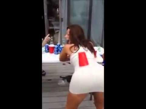 Девушка с красивой попкой хорошо делает минет Порно