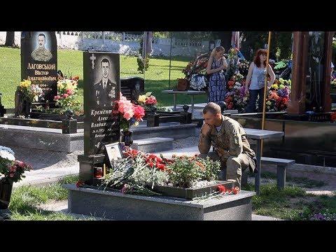 В День ВДВ на военное кладбище почтили память погибших десантников