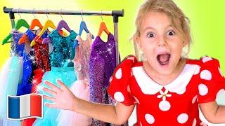 Cinq Enfants jouent avec de nouveaux vêtements, du maquillage et des bijoux