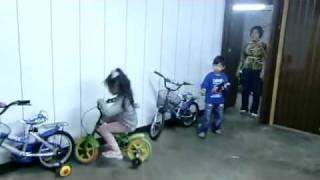 Маленькая девочка паркуется на велосипеде(, 2010-06-06T19:58:21.000Z)