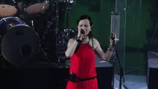 The Cranberries interprète Salvation lors de leur concert à l'Olymp...