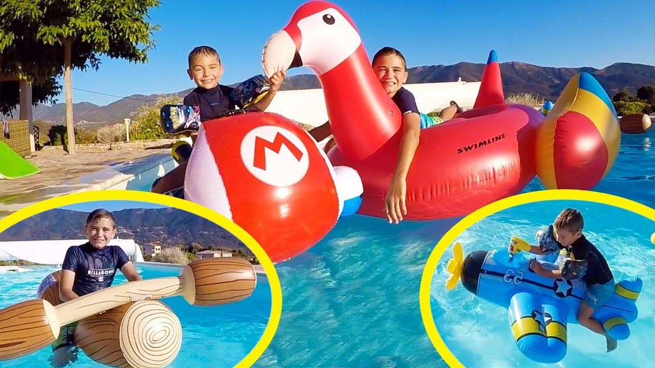 On s affronte sur des gonflables dans la piscine for Swan et neo piscine