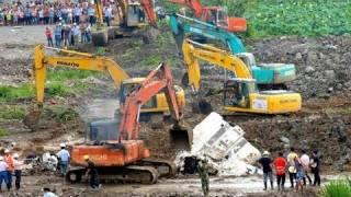 事故現場で埋められる中国の高速鉄道の車両