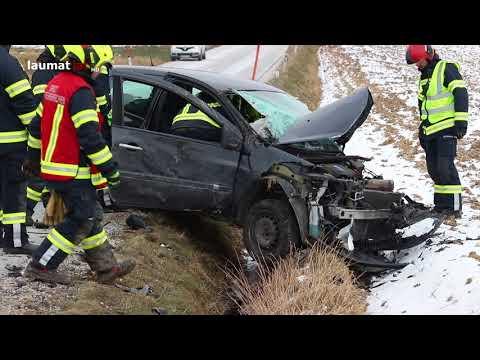 Schwerer Crash zwischen Kleintransporter und Auto in Steinerkirchen an der Traun