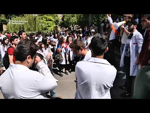 المحتجون في أرمينيا يطالبون بتولي نيكول باشينيان رئاسة الحكومة  - نشر قبل 5 ساعة