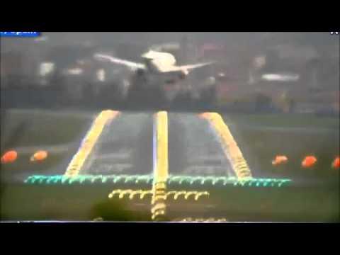 Máy bay chao đảo khi hạ cánh trong gió lớn