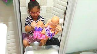 Bebek Oyunları.Sıla Ve Mira Bebek Yıkıyor.Sıla and Mira Washing Her Babies.Fun Twins.