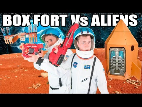 THE BIGGEST BOX FORT SPACESHIP Vs ALIENS 📦🚀