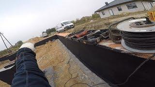 Jak zaizolować ściany fundamentowe? Przepust na kabel elektr. Sam zbuduj swój dom.