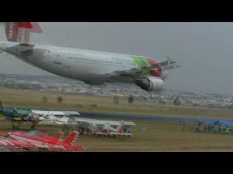 TAP Airbus A310 Low Pass Turn - Portugal Airshow 2007, Evora (Uncut HD Version)