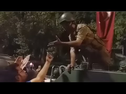 Turkey coup: Turkish citizens deal with tanks during coup