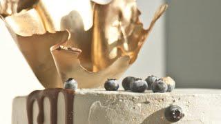 стильный торт с золотым шоколадным декором
