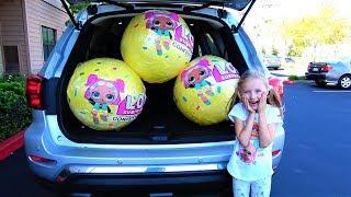 Colección de videos sobre bolas gigantes LOL. El vídeo para los niños de Hola Polina