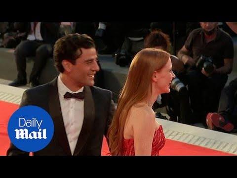 El gesto viral entre Jessica Chastain y Oscar Isaac en el festival de Venecia