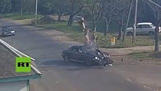 🔞 'Salen volando' de su moto tras ser embestidos violentamente por un auto