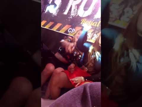 Penyanyi ini buka baju dan rok diatas panggung (camera tersembunyi)