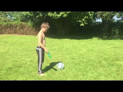 [THE BERTSONS]  Idiotsäker Kurs På Hur Man Sparkar En Boll!!
