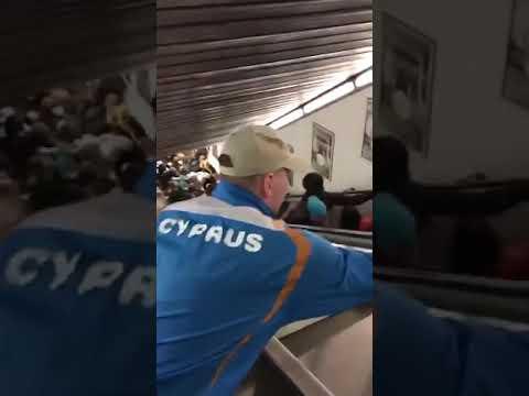 Crolla una scala mobile nella metropolitana di Roma prima di Roma - CSKA Mosca - molti feriti