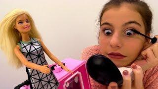 💄 УРОКИ МАКИЯЖА: #ЛучшаяподружкаВика учит #Барби краситься! Видео для девочек. Игры Барби