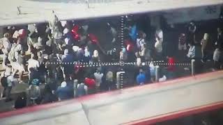 Turba intenta saquear tienda Paris en Alameda esquina San Antonio, Santiago centro