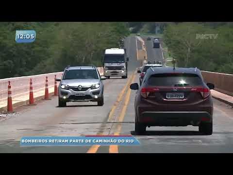 Bombeiros retiram parte de caminhão que caiu no Rio Paranapanema