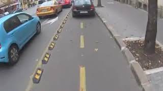 Тарикат шпори по велоалеята, за да хване светофара