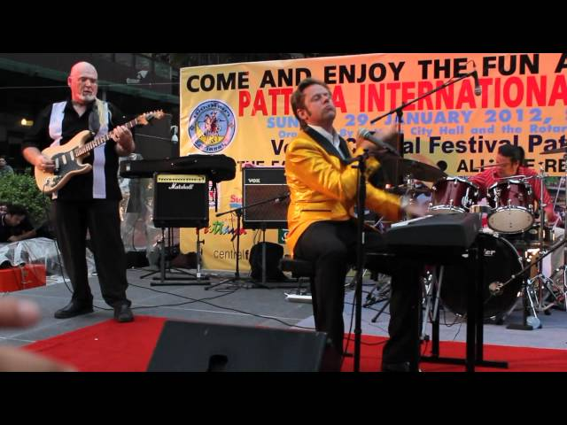 Jerry Carlson sings Slow Down at Pattaya Bed Race concert