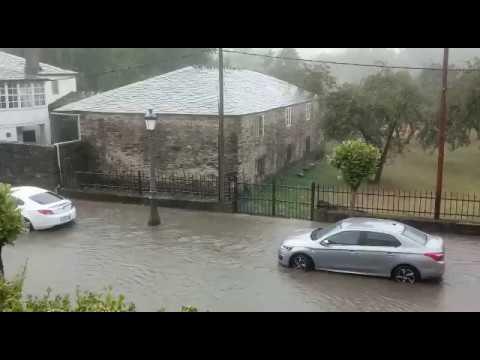 La tormenta deja calles anegadas en Baralla