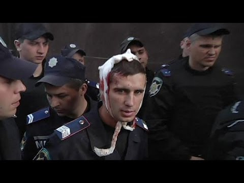 Pro-Russians protesters storm Donetsk prosecutor's office in eastern Ukraine