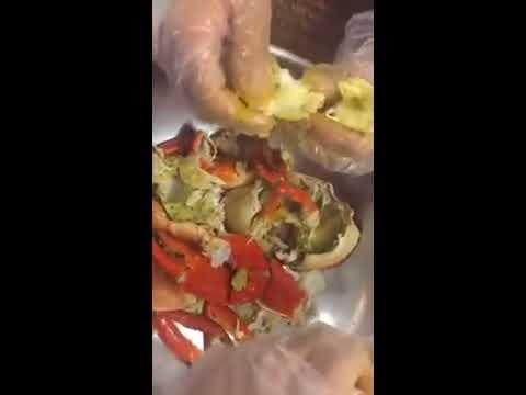 Gỡ thịt cua tại Nhà Hàng VUA CUA