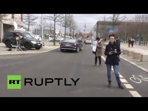 Germany: Bavaria's Seehofer meets Merkel over refugee crisis at Chancellery