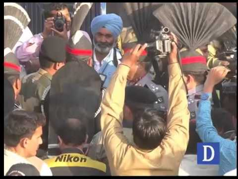 Pakistani troops present sweets to Indian counterparts at Wagah