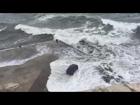 Ulcinj: Talasi iznenadili vozača BMW-a
