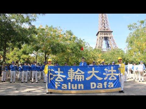 Fanfare Céleste sur le Champ-de-Mars : des touristes chinois stupéfaits