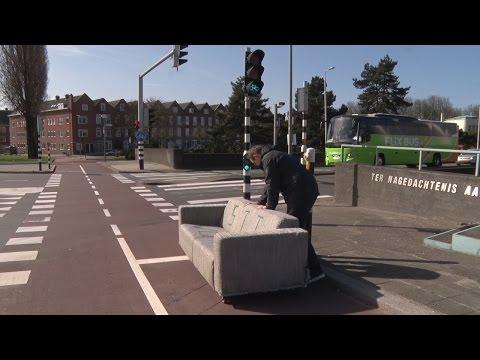010nu - Kunstenaar loopt 11 kilometer per dag met een bank over Rotterdam-Zuid