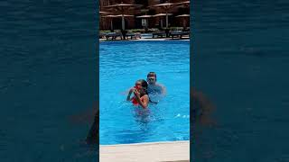 Мои дети счастливые в бассейне