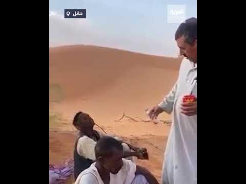 سعودي ينقذ عاملين ضلاّ طريقهما في صحراء لمدة يومين