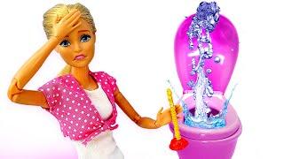 Кен сделал СЮРПРИЗ Барби. Видео скуклами про жизнь Барби иКена. Уборка дома изабитый унитаз!