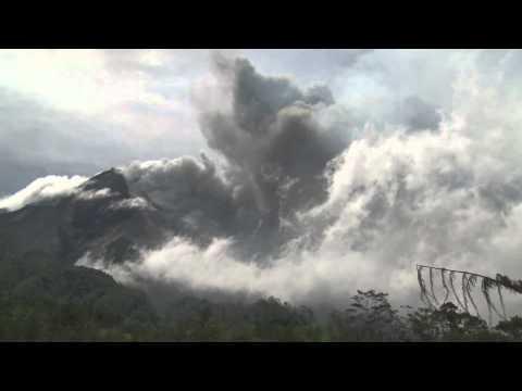 Wedus Gembel ala Gunung Merapi Jogjakarta, 29 Oktober 2010.flv